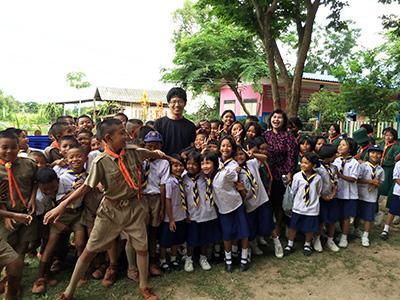 タイの貧村を訪問し、元気な子どもたちと